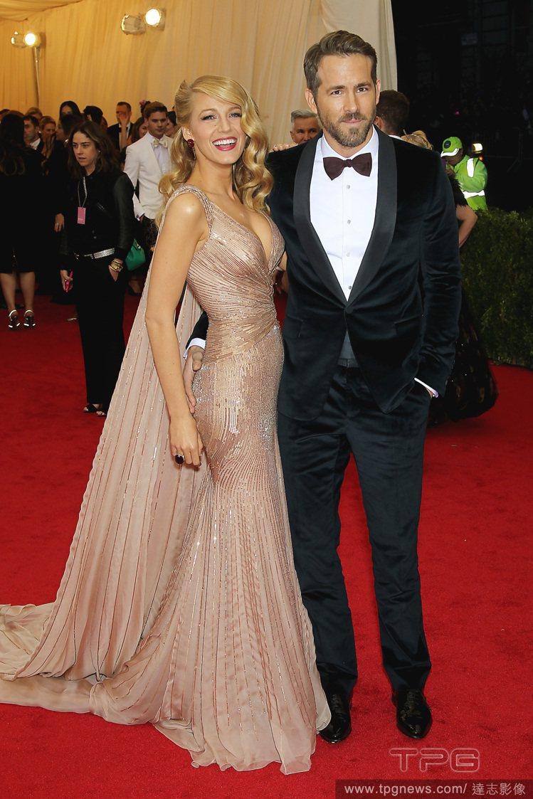 布蕾克萊佛莉與萊恩雷諾斯站在一起,彷彿明星夫妻版「大亨小傳」。圖/達志影像