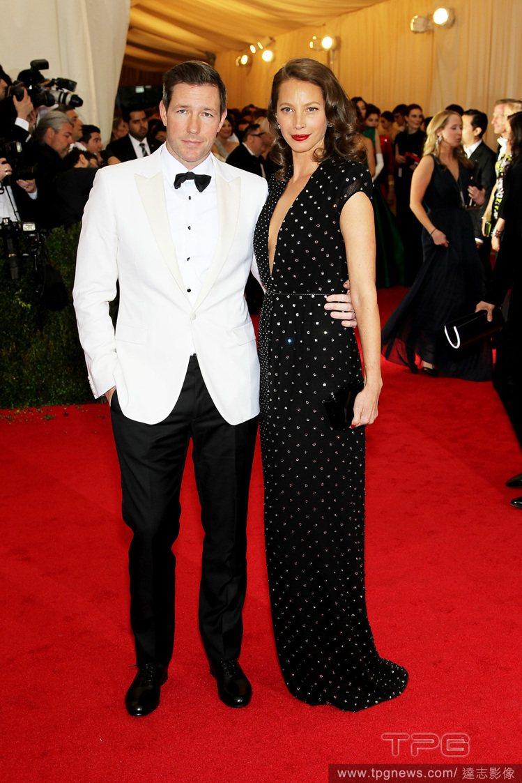 美國超模 Christy Turlington 身穿黑色圓點 V 領禮服,與男星...