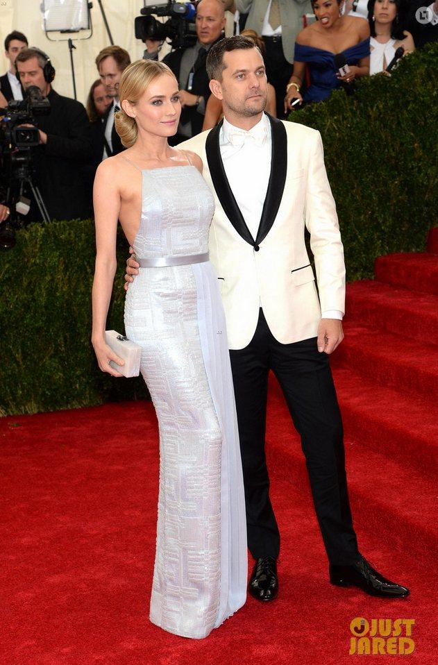 黛安克魯格一身典雅的緞面禮服,與加拿大演員男友 Joshua Jackson 的...