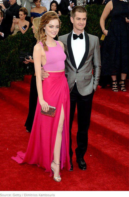 安德魯加菲爾德(Andrew Garfield)一身灰西裝與艾瑪史東的粉紅艷桃禮...