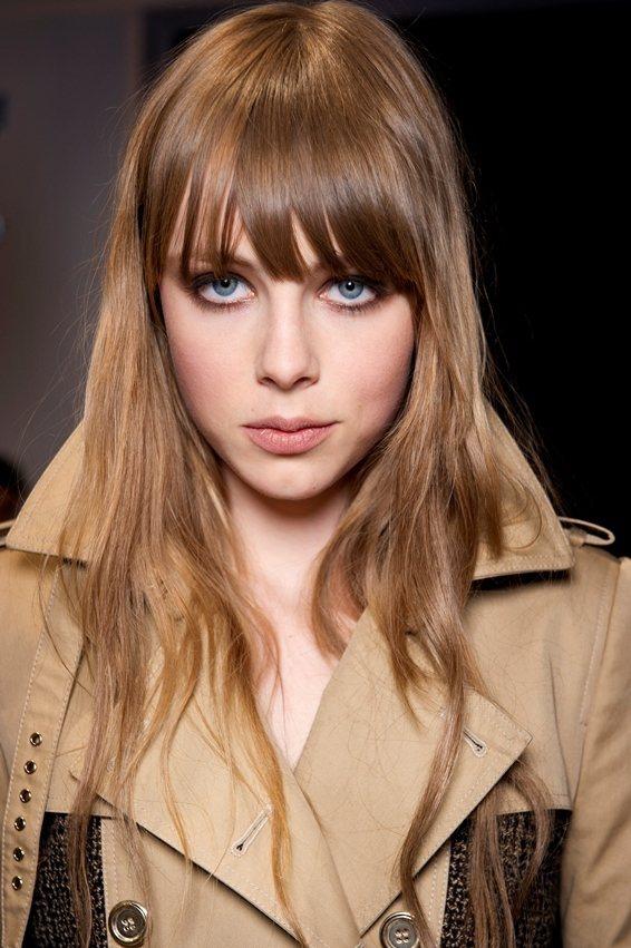 Edie Campbell 的眼神與傳奇超模Twiggy很像。圖/BURBERR...