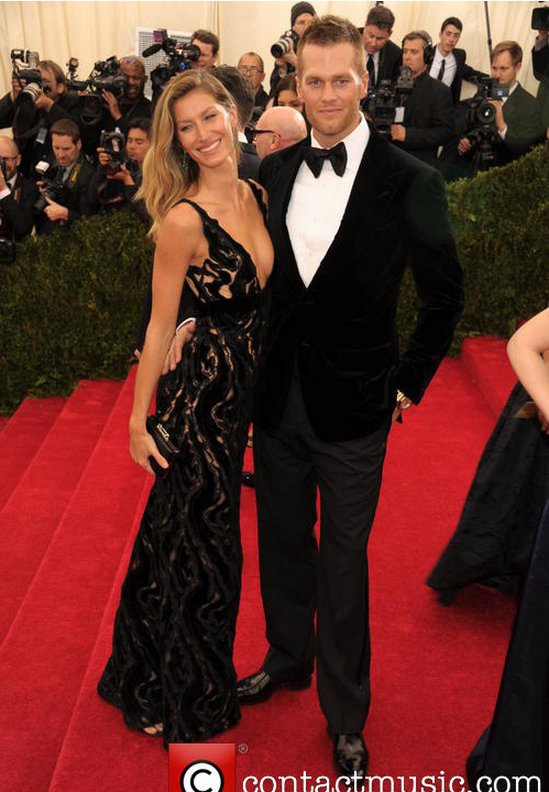 超模吉賽兒邦臣一身的鏤空黑禮服和老公 Tom Brady 的傳統正裝帶來低調奢華...