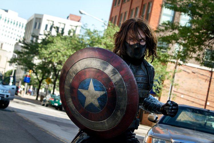 在《美國隊長2酷寒戰士》中飾演反派巴奇的賽巴斯汀斯坦,縱使面對超強敵人「肌肉帥哥...