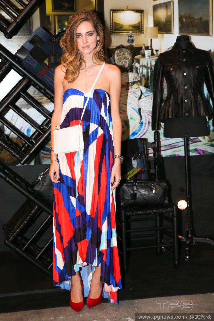 Chiara Ferragni 這件平口塗鴉色塊長裙,充滿鮮豔繽紛的氣息,搭配白...