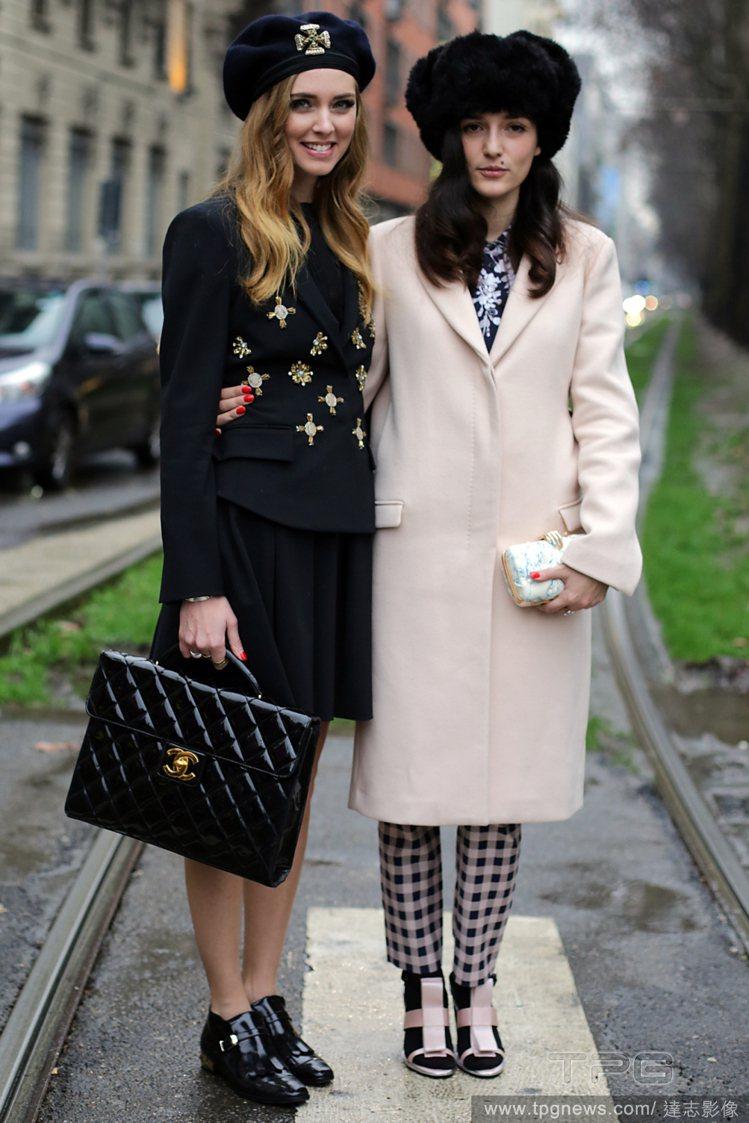 Chiara Ferragni (左)戴上深藍色貝雷帽,穿著鑲有金色鑲飾的西裝外...