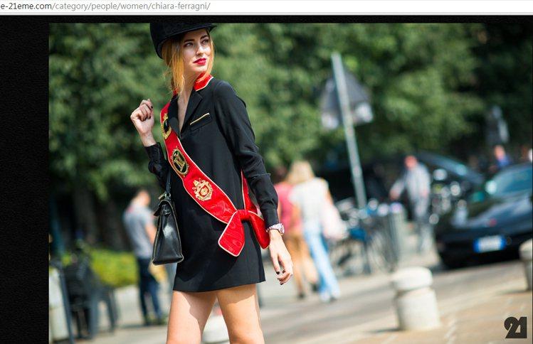 Chiara Ferragni 穿戴 MOSCHINO 洋裝與帽子,帶來復古感受...
