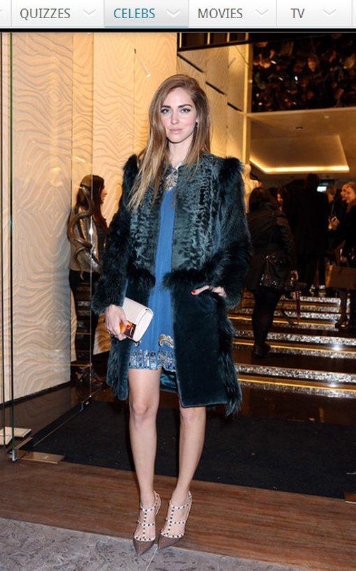 Chiara Ferragni 在水藍色圖騰洋裝外加了件藍綠色毛茸茸大衣,充滿奢...