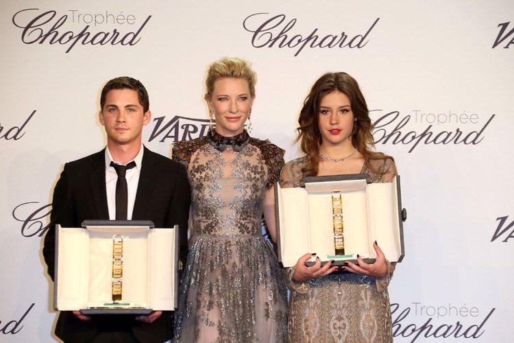 女星凱特布蘭琪(中)頒發「Trophee Chopard」給兩位最佳潛力新人獎得...