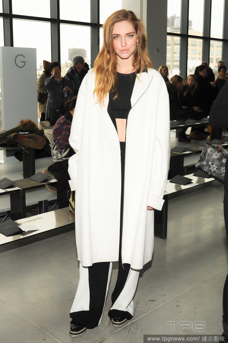 Chiara Ferragni 套上白色大衣,內搭黑色露肚裝與黑白拼接寬版褲,展...