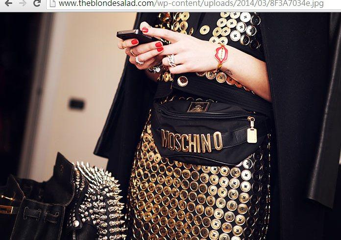 Chiara Ferragni 的紅唇手環俏皮又亮眼,也為這身 MOSCHINO...