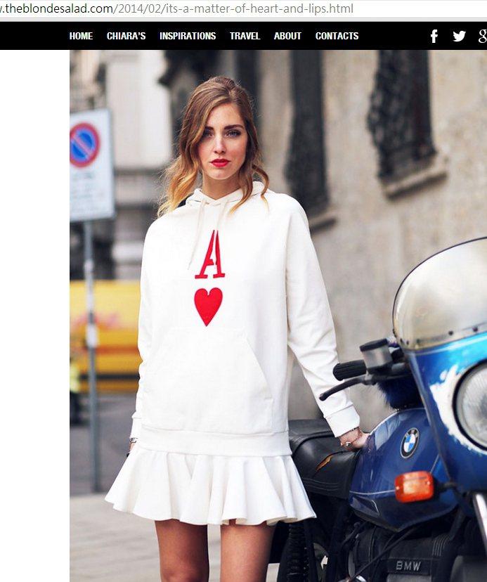Chiara Ferragni 這件撲克牌休閒 T 搭配百褶裙簡單又可愛,洋溢青...