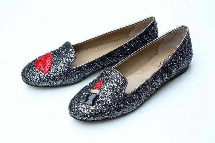 Chiara Ferragni 同名女鞋品牌紅脣閃耀灰鞋款,定價8680元。圖/...