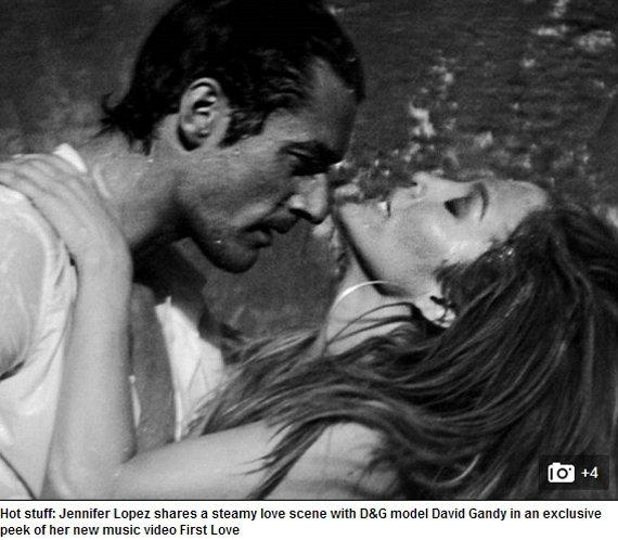 超級男模大衛甘迪與「翹臀珍」在 MV 中有火熱戲碼。圖/擷取自每日郵報