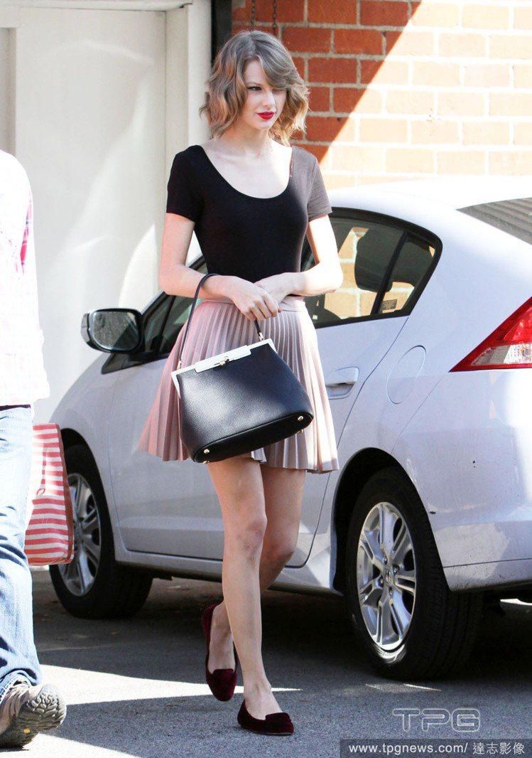 泰勒絲認為紅唇妝能讓她更有自信。圖/達志影像