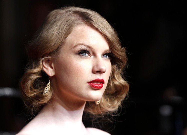 泰勒絲認為紅唇妝能讓她更有自信。圖/路透