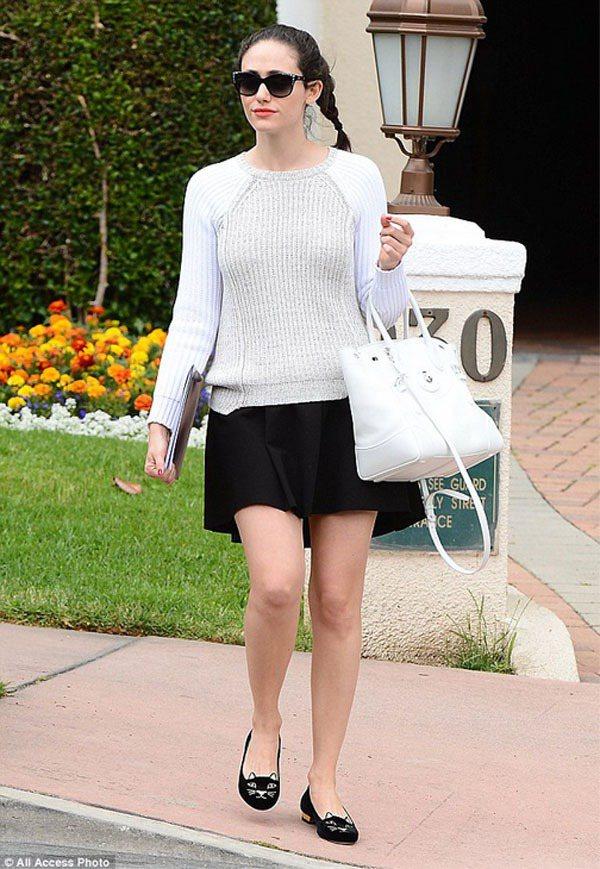 艾美羅森對自己身材比例還頗有自信,所以她的短裙look總是配上平底鞋,展現鄰家女...