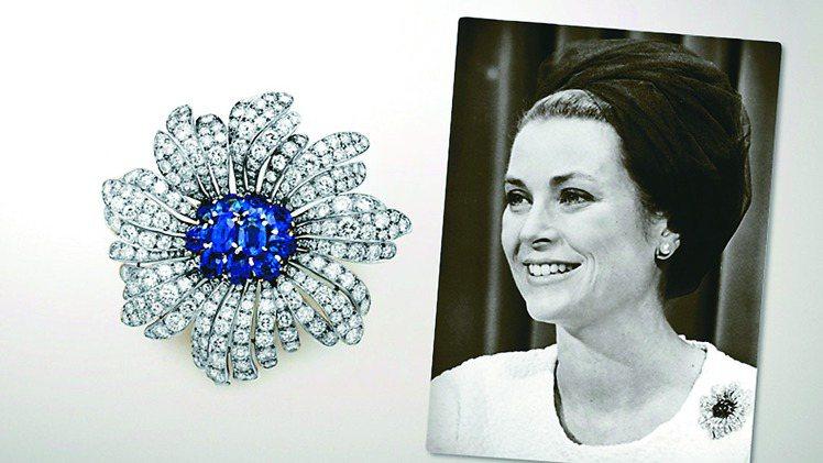 葛麗絲凱莉在摩納哥的梵克雅寶珠寶精品店購入了不計其數的珠寶,包括這枚鑽石藍寶石花...