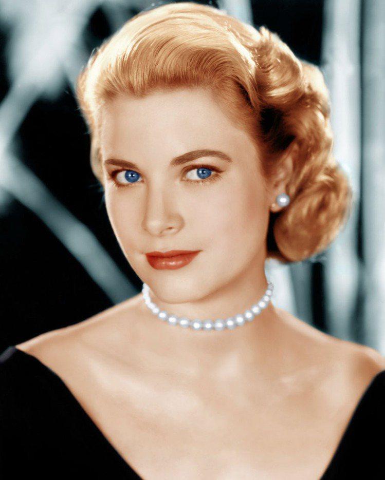 葛麗絲凱莉為電影「後窗」拍形象照時配戴的是MIKIMOTO珍珠串鍊。圖/達志影像