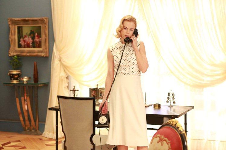 妮可基嫚飾演葛麗絲凱莉王妃,劇中變換46套造型。圖/甲上娛樂提供