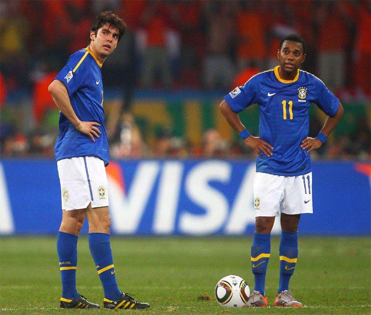 卡卡(左)2013從皇馬轉到AC米蘭後狀況也持續不好,甚至還因自己有傷在身而自願...