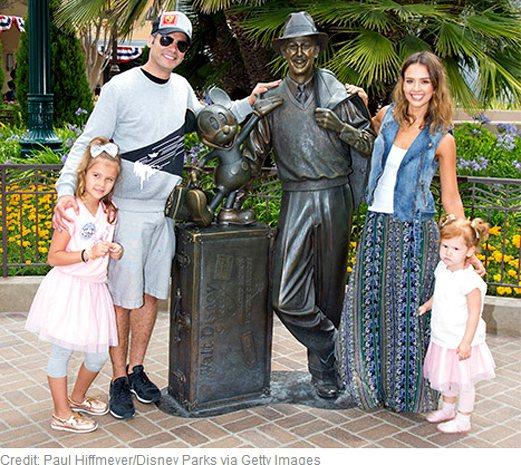 潔西卡艾芭的大女兒 Honor(左一) 度過六歲生日,全家人一同到迪士尼樂園慶祝...