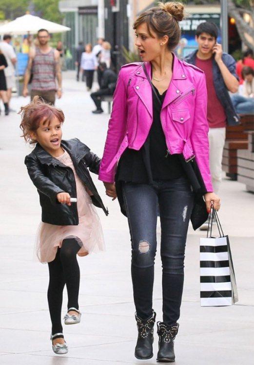 六歲的 Honor 近一兩年來造型越來越完整,和媽媽站在一起常有一種時尚「小大人...