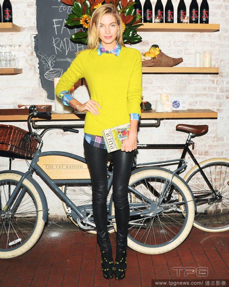 Jessica Hart的穿搭品味不凡,也對 Olympia Le-Tan設計包...