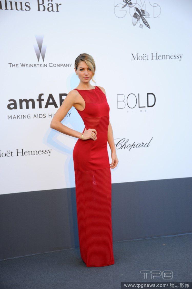 Jessica Hart身穿剪裁更為俐落的大紅色禮服,摩登簡約的線條,加上帶點前...