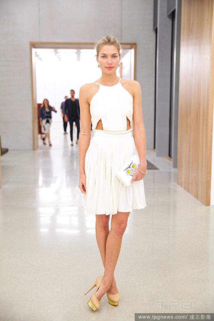 肚兜式設計、鏤空元素與波浪裙,讓 Jessica Hart 這身白洋裝充滿古典氣...