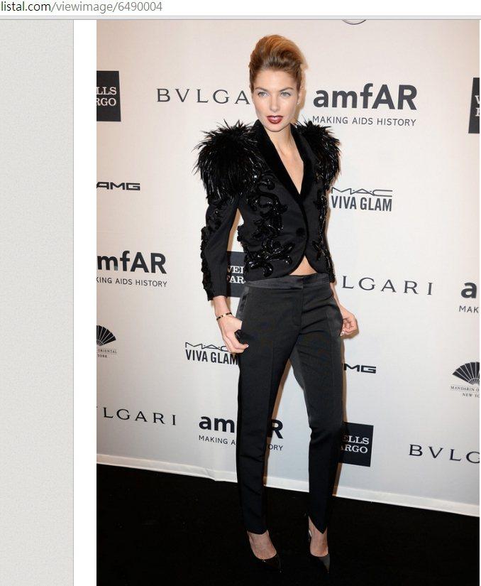 羽毛與刺繡元素讓這件華麗的外套相當戲劇化,簡單搭配黑色緞面褲與黑色高跟鞋就能帶出...