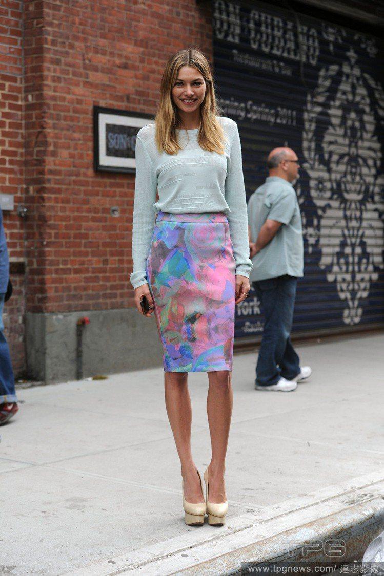 水藍色針織衫加上水彩般的花卉印花裙,讓她充滿高雅優美的淑女氣息,淺黃色厚底鞋讓腳...