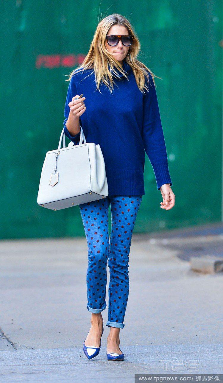 Jessica Hart身穿深藍色高領薄羊毛衫搭淺藍底紅圓點的牛仔褲,深淺不同的...