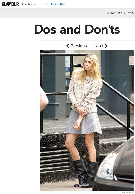 Jessica Hart以米色毛衣與灰色蓬裙,搭配中筒靴,讓毛衣看起來更突出,儼...