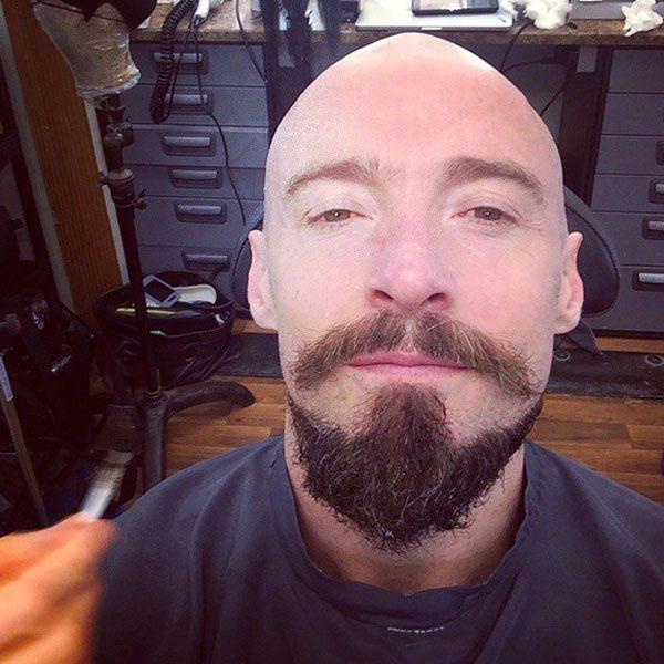 「金剛狼」休傑克曼最近剃了光頭,全是為了改編自《彼德潘》的新片《Pan》。圖/擷...