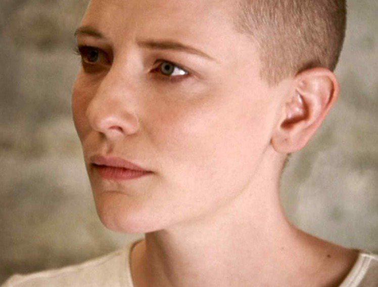凱特布蘭琪在2002年為《天堂奔馳》落髮。圖/擷取自themakeupgalle...