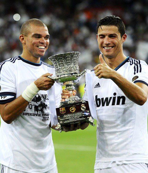 葡萄牙巨星C羅(右)很愛眨眼。左為隊友佩佩。圖/擷取自scaryfootball...
