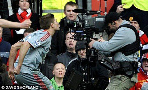 傑拉德進球熱愛的慶祝動作之一:親吻鏡頭。圖/擷取自英國每日郵報