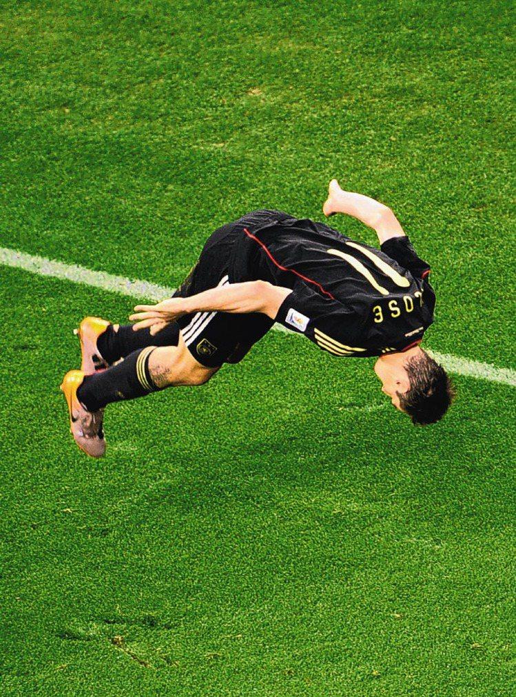 小的時候練過體操的德國隊當家球星克洛澤,進球後的招牌「空翻」已成了經典代表動作。...