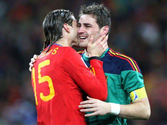 拉莫斯喜歡跟隊友索吻,尤其是對他所屬的聯賽隊皇馬隊中的隊友C羅和卡西亞斯,讓不少...
