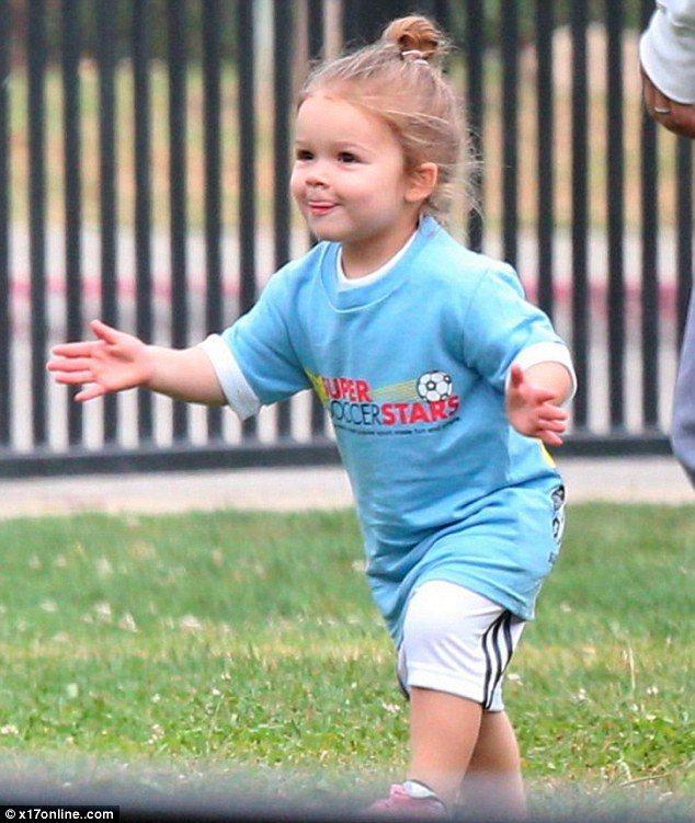 可愛度爆表的哈潑貝克漢穿上球衣踢足球,就算只是好玩而已相信也讓老爸和不少球迷開心...