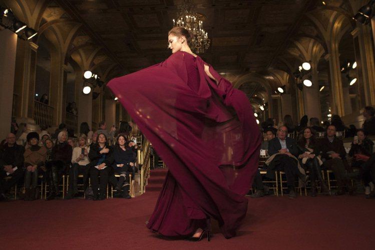 Zac Posen 擅長為女人設計夢幻浪漫的禮服與婚紗。圖/路透