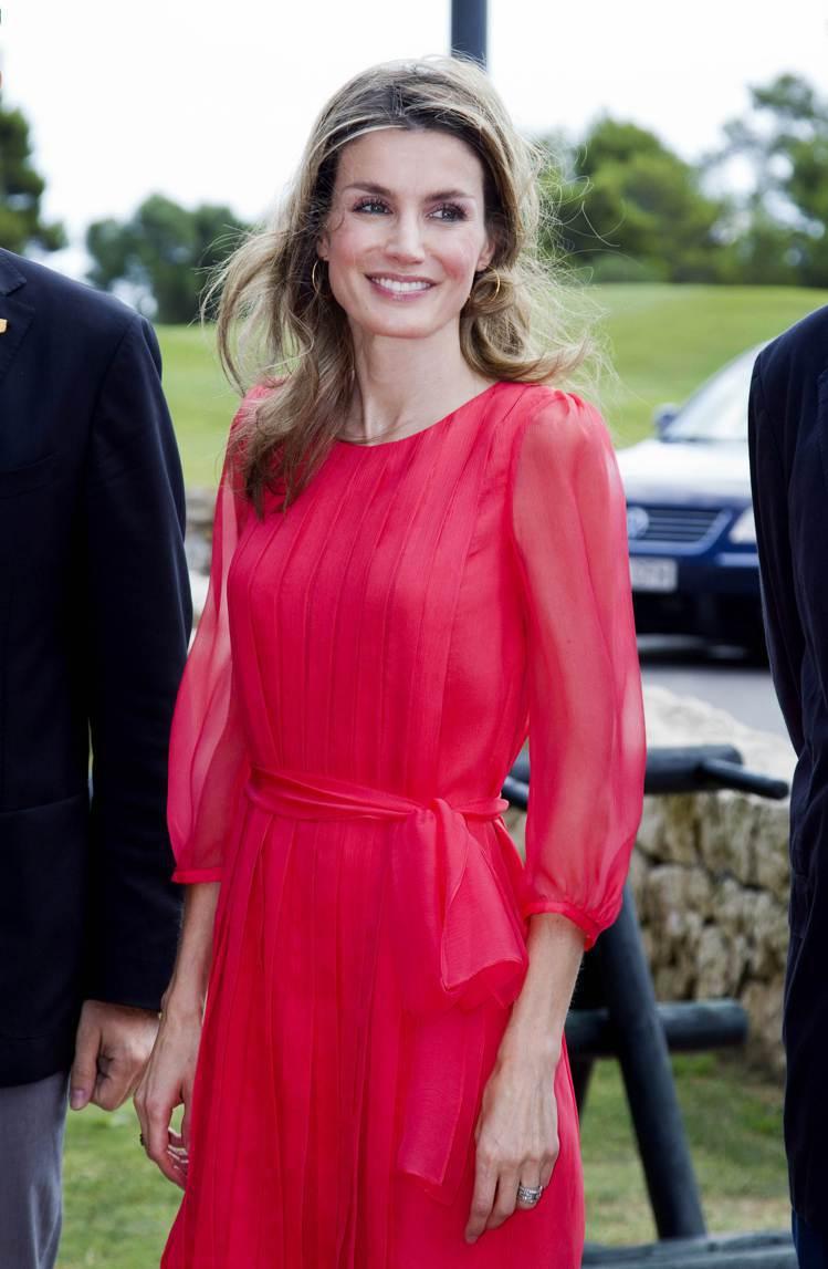 蕾蒂希亞皇后偏愛豔色系的服裝,圖為MaxMara紅色洋裝。圖/法新社
