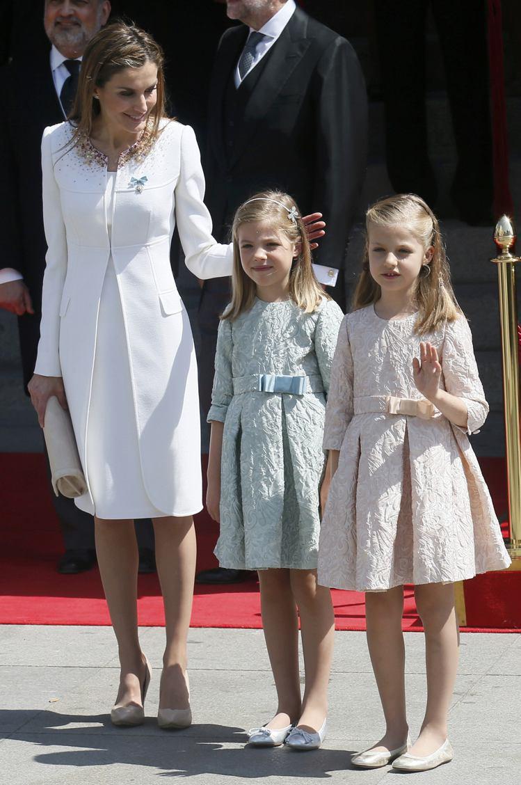 蕾蒂西亞皇后在加冕典禮時,身穿Felipe Varela設計的白色套裝,十分低調...