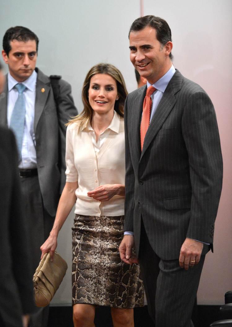 蕾蒂希亞偏愛西班牙平價服飾,MANGO上衣、Uterque蛇紋裙、Adolfo ...