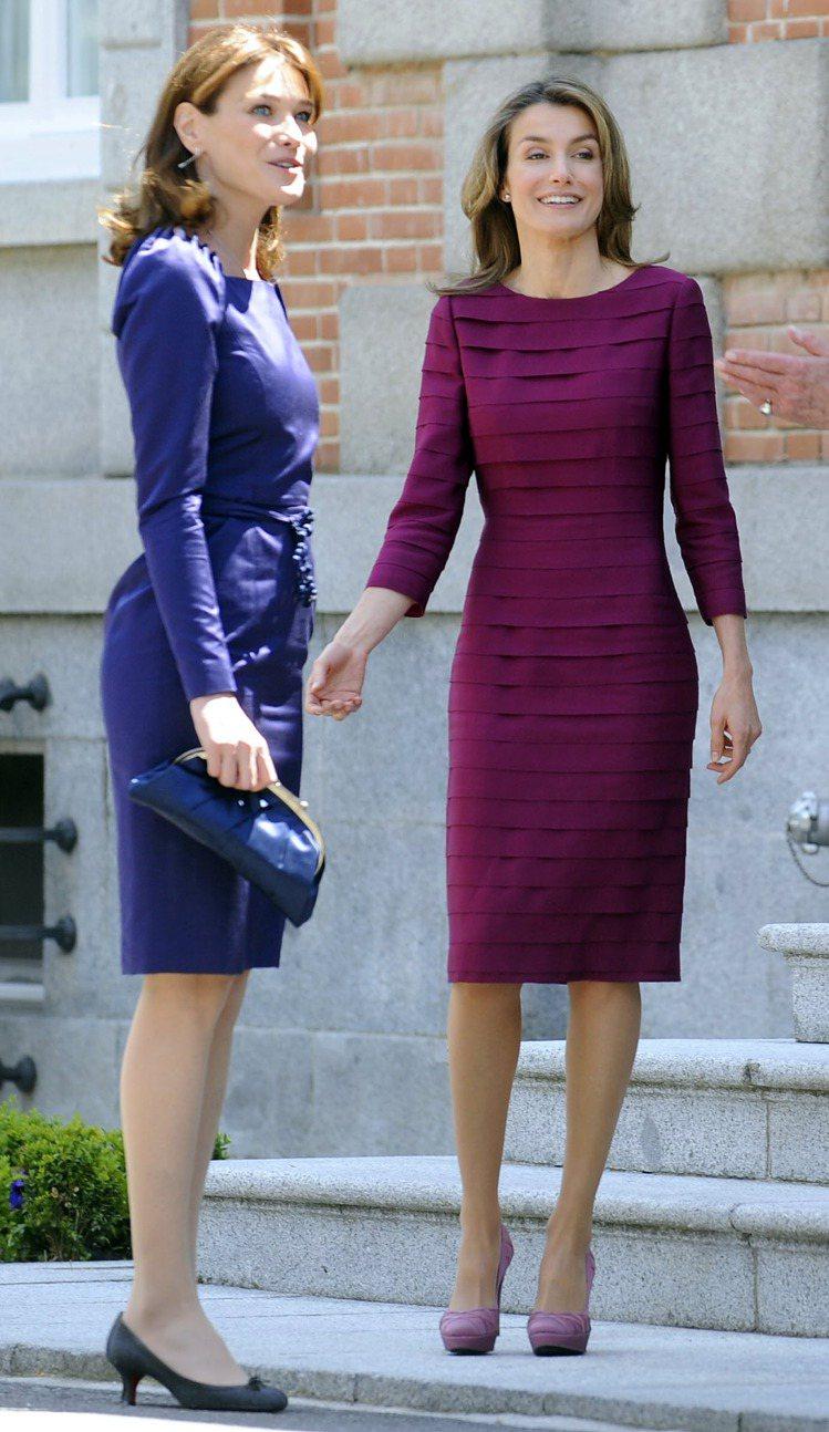 蕾蒂希亞穿Felipe Varela紫色小禮服,與卡拉布妮的DIOR藏青色小禮服...