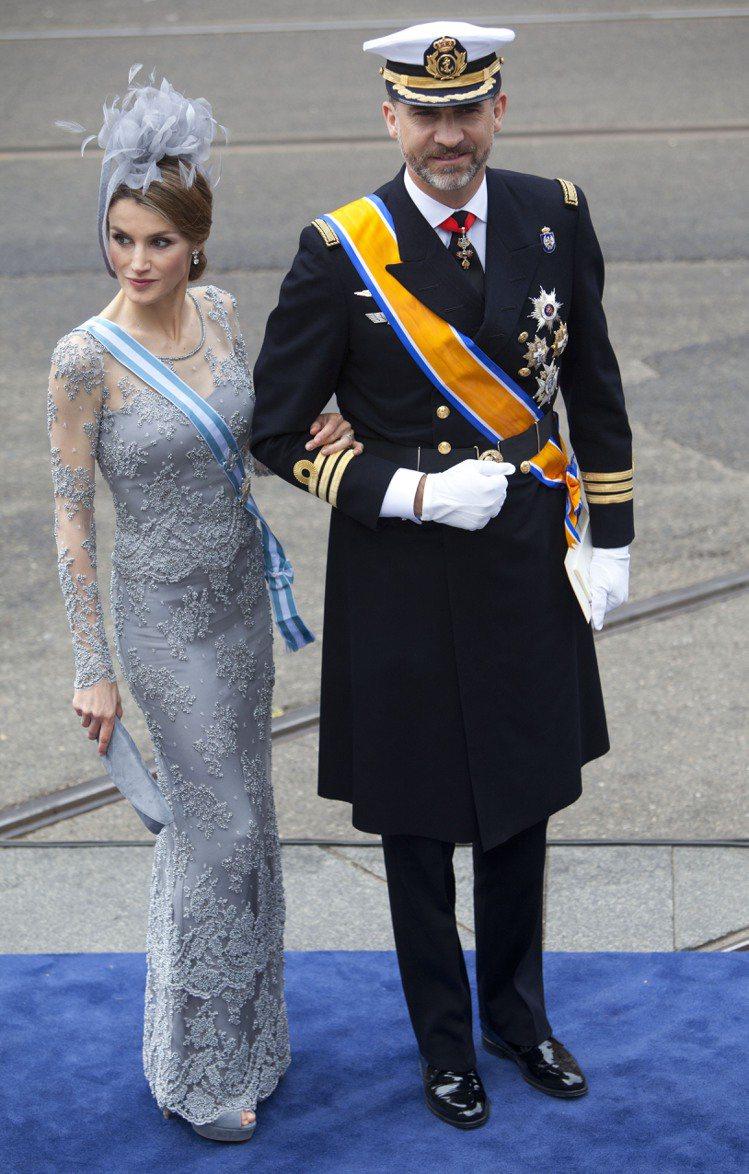 蕾蒂希亞穿 Felipe Varela 的禮服,搭配華麗頭飾。圖/美聯社