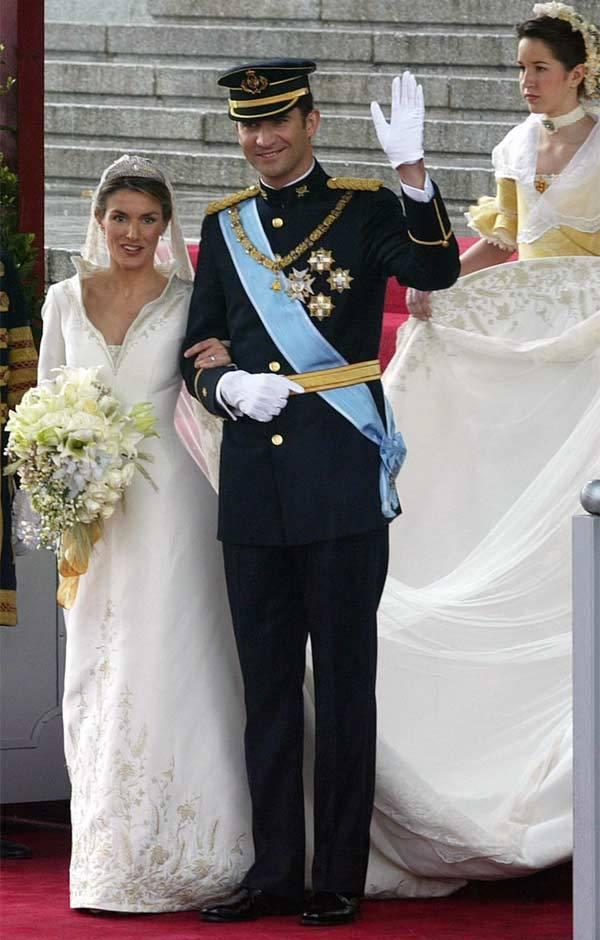 蕾蒂希亞皇后的婚紗委由高齡85歲的國寶級設計師Manuel Pertegaz設計...
