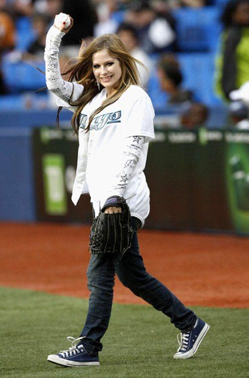艾薇兒也曾為多倫多藍鳥隊開球。人家可是很堅持自己的穿衣風格,將短袖T恤內搭圖鴉長...