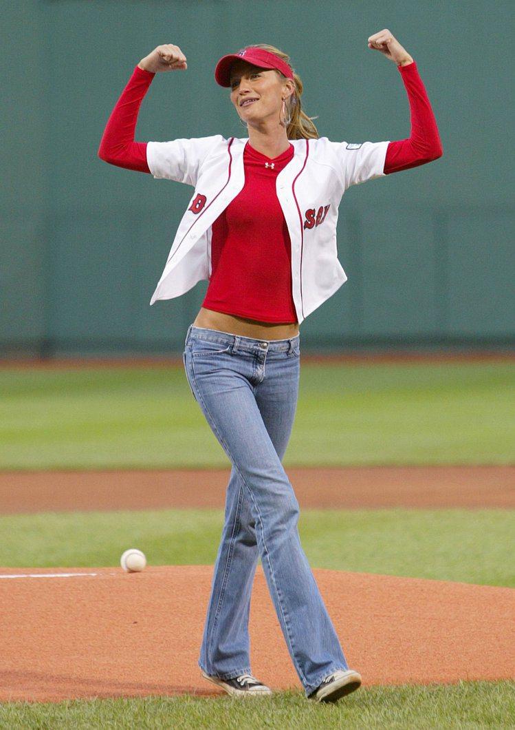 巴西超模吉賽兒邦臣早在2004年就曾為波士頓紅襪隊開球。她將紅色長袖穿在敞開的短...