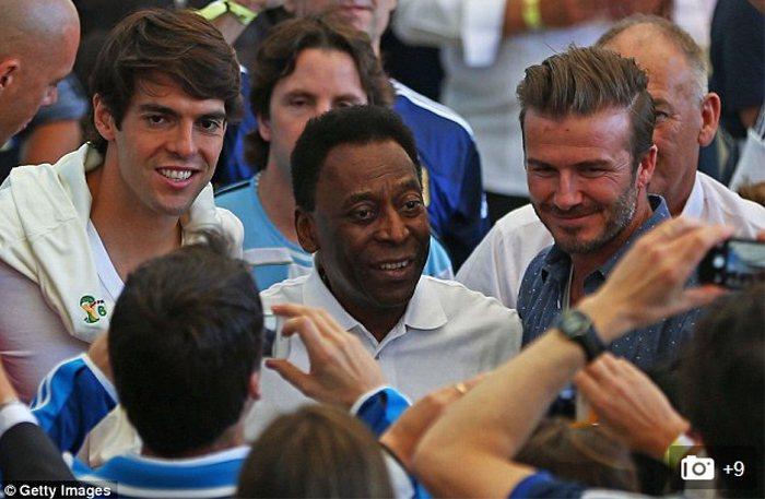 這場冠軍賽場邊大牌包括巴西明星球員卡卡和傳奇球星比利。圖/擷取自英國每日郵報